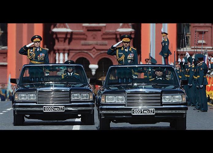"""Dang cap """"khung"""" sieu xe mui tran trong duyet binh Nga"""