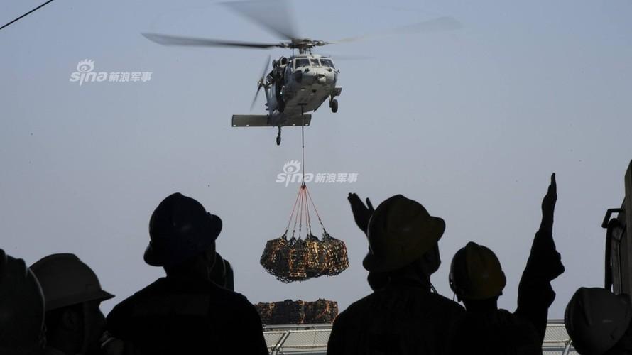Tau san bay USS Carl Vinson nhan tiep te, quyet bam tru-Hinh-2
