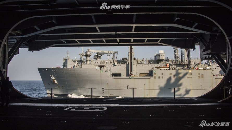 Tau san bay USS Carl Vinson nhan tiep te, quyet bam tru-Hinh-6