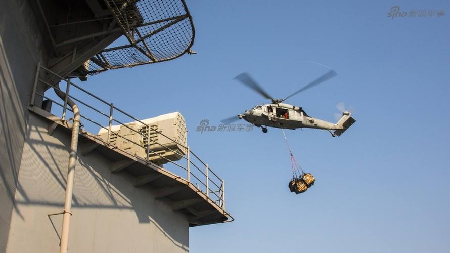 Tau san bay USS Carl Vinson nhan tiep te, quyet bam tru-Hinh-7