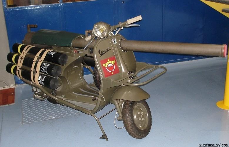 Cuoi lan lon voi chiec xe may gan sung Bazooka cua Phap-Hinh-3