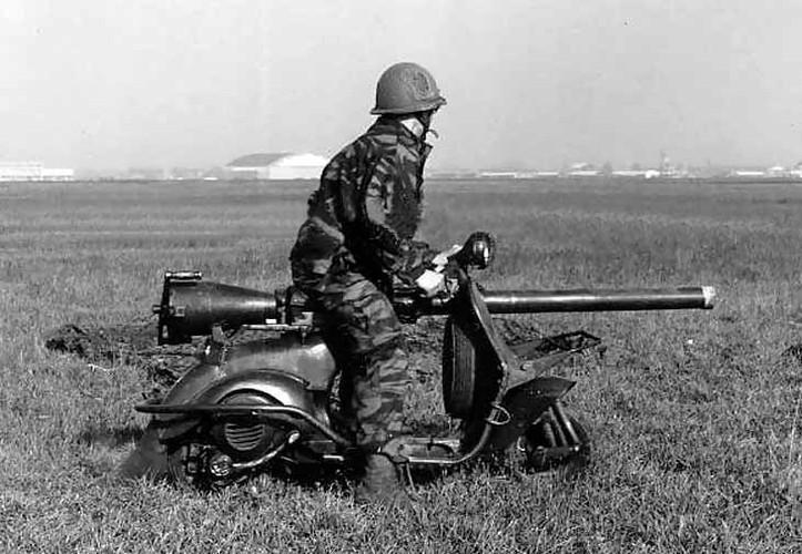 Cuoi lan lon voi chiec xe may gan sung Bazooka cua Phap-Hinh-8