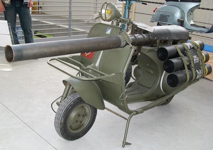 Cuoi lan lon voi chiec xe may gan sung Bazooka cua Phap