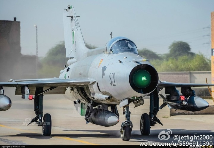 Choang: Tiem kich MiG-21 Trung Quoc sat canh cung F-22 My-Hinh-3