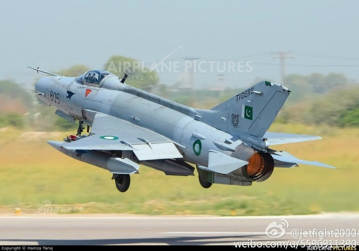 Choang: Tiem kich MiG-21 Trung Quoc sat canh cung F-22 My-Hinh-4