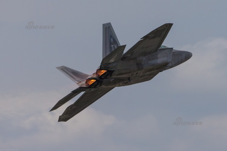Choang: Tiem kich MiG-21 Trung Quoc sat canh cung F-22 My-Hinh-9