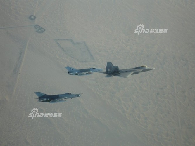 Choang: Tiem kich MiG-21 Trung Quoc sat canh cung F-22 My