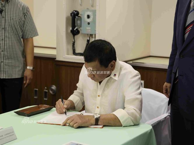 Tong thong Duterte hung thu voi khu truc ham Izumo Nhat Ban-Hinh-3