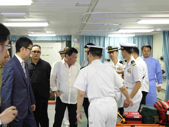 Tong thong Duterte hung thu voi khu truc ham Izumo Nhat Ban-Hinh-4