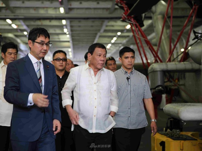 Tong thong Duterte hung thu voi khu truc ham Izumo Nhat Ban-Hinh-6