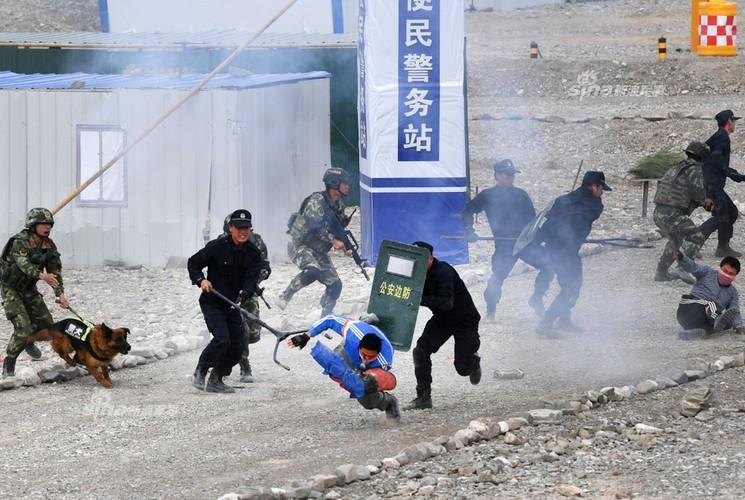Trung Quoc tap tran chong khung bo nhu dong phim Holywood-Hinh-3