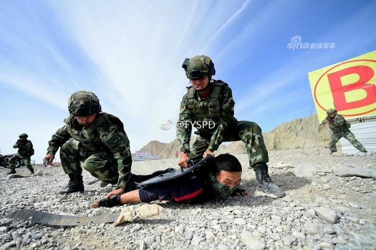 Trung Quoc tap tran chong khung bo nhu dong phim Holywood-Hinh-9