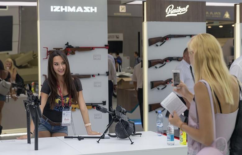 Gai xinh, sung xin tai gian hang cua Kalashnikov o ARMY-2017-Hinh-2