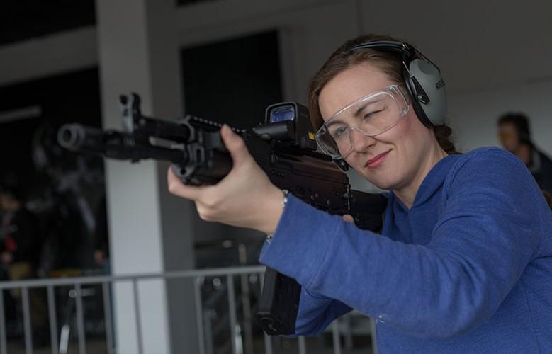 Gai xinh, sung xin tai gian hang cua Kalashnikov o ARMY-2017-Hinh-3