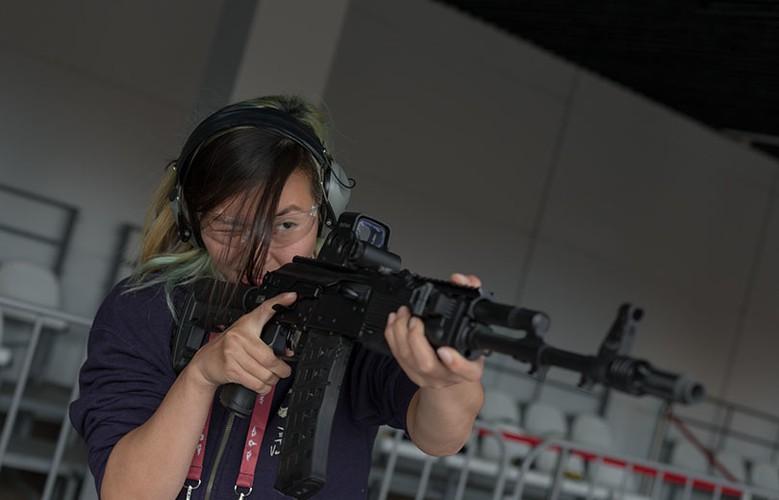 Gai xinh, sung xin tai gian hang cua Kalashnikov o ARMY-2017-Hinh-5