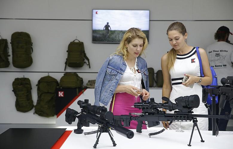 Gai xinh, sung xin tai gian hang cua Kalashnikov o ARMY-2017