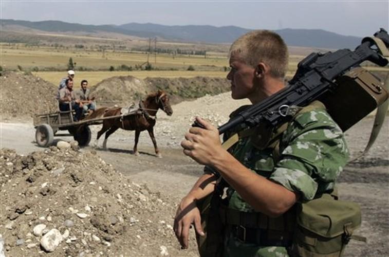 Chien tranh Gruzia: Quan doi Nga mang on NATO-Hinh-4