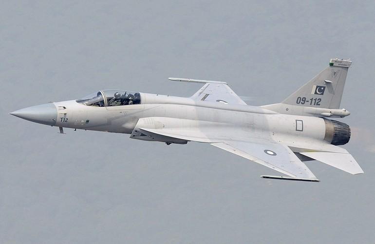 """Tien kich JF-17: Chuan NATO nhung gia hang """"cho"""" cua Trung Quoc"""
