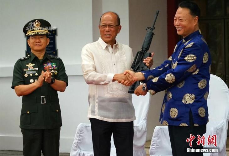 "Trung Quoc vien tro M16 cho Philippines, My ""tuc no mat"""