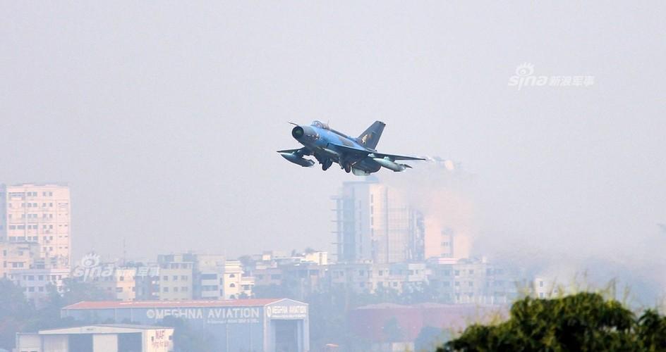 Chien dau co J-7: Con cung cua Khong quan Bangladesh-Hinh-6
