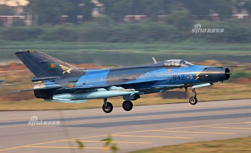 Chien dau co J-7: Con cung cua Khong quan Bangladesh-Hinh-7