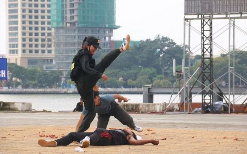 Nu Canh sat Co dong Viet Nam len bao nuoc ngoai-Hinh-2