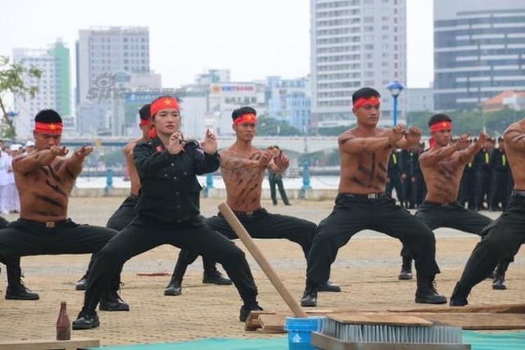 Nu Canh sat Co dong Viet Nam len bao nuoc ngoai-Hinh-3