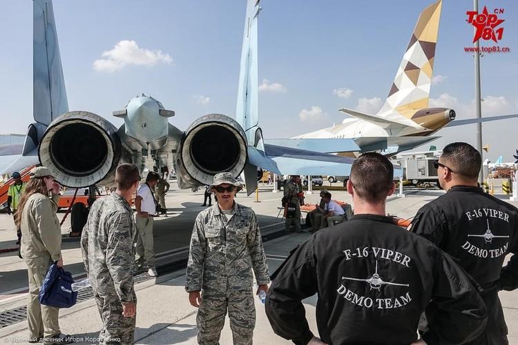 """Phi cong My """"ngan ngo"""" ngam Su-35 cua Nga"""