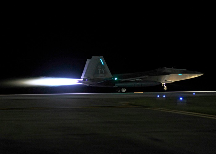 Ve dep day ma mi cua phi co F-22 Raptor giua dem-Hinh-2