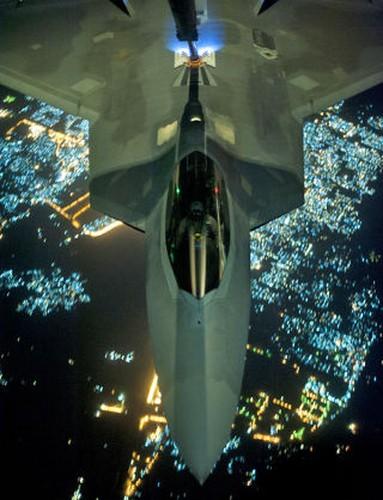 Ve dep day ma mi cua phi co F-22 Raptor giua dem-Hinh-3