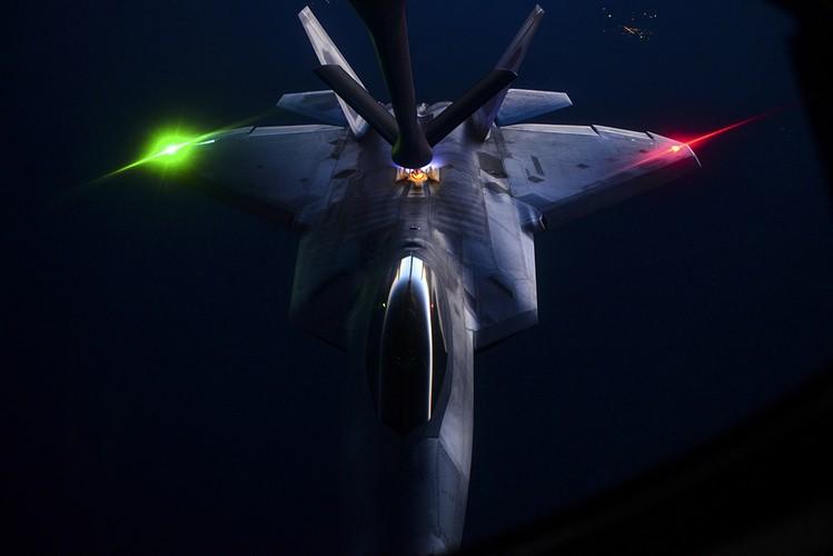 Ve dep day ma mi cua phi co F-22 Raptor giua dem-Hinh-5