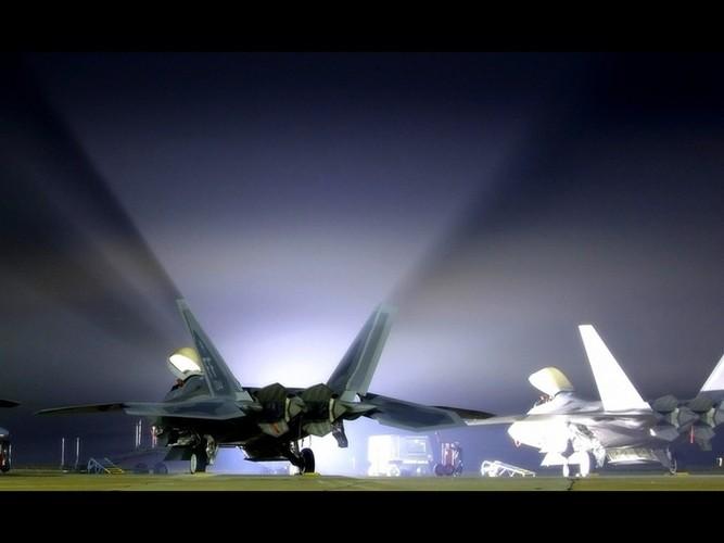 Ve dep day ma mi cua phi co F-22 Raptor giua dem-Hinh-6