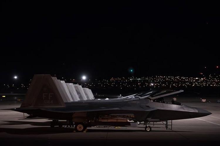 Ve dep day ma mi cua phi co F-22 Raptor giua dem-Hinh-9
