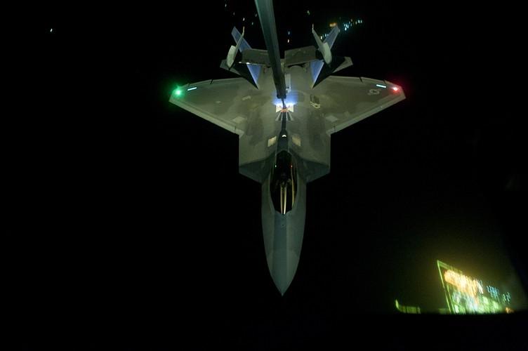 Ve dep day ma mi cua phi co F-22 Raptor giua dem