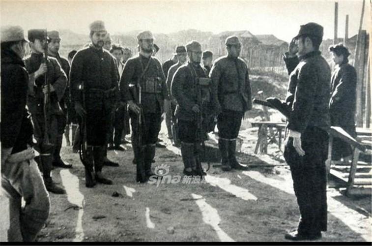 """Lực lượng đặc nhiệm Nhật Bản trong Chiến tranh Trung-Nhật 1937 đáng sợ tới mức người Trung Quốc gọi họ là """"những con quỷ Nhật Bản"""". <strong>Đội quân """"Quỷ Nhật Bản""""</strong>- theo cách gọi của người Trung Quốc dùng để ám chỉ lực lượng đặc biệt của Nhật và cả quân đội Nhật tham chiến ở Trung Quốc từ năm 1037 nói chung. Lực lượng đặc biệt này được Lục quân Đế quốc Nhật Bản thành lập nhằm chuyên thực hiện các nhiệm vụ do thám, truy tìm và tiêu diệt các chỉ huy của quân đội Tưởng Giới Thạch. <img src=""""http://images.kienthuc.net.vn/zoomh/500/uploaded/tuananh/2017_12_27/3/1_LYLK.jpg"""" /> Các đơn vị của""""Quỷ Nhật Bản""""thường hoạt động rất mạnh vào giai đoạn đầu Chiến tranh thế giới thứ hai, khi quân đội của Tưởng Giới Thạch ở Trung Quốc đang đạt tới đỉnh điểm sự phát triển của mình với quân số cực kỳ lớn, gấp nhiều lần số quân của Nhật Bản. Lực lượng """"<em>Quỷ Nhật Bản</em>"""" là tập hợp của những nhóm binh lính Nhật đã từng có thời gian sinh sống, học tập, thậm chí là sinh ra và lớn lên trên đất Trung Quốc. <img src=""""http://images.kienthuc.net.vn/zoomh/500/uploaded/tuananh/2017_12_27/3/2_FJZT.jpg"""" /> Lực lượng này sẽ trà trộn vào quân đội Tưởng Giới Thạch, tìm hiểu và tiếp cận với các sĩ quan chỉ huy của quân đội Trung Quốc và ra tay ám sát họ một cách bí mật. Do đều là những người tiếp xúc với văn hóa Trung Quốc rất lâu, lực lượng này có thể nói tiếng Trung cực kỳ trôi chảy. Cách thức ngụy trang của họ cũng cực kỳ nguy hiểm, bằng cách tiêu diệt hoàn toàn một đơn vị bộ binh của Trung Quốc và tự nhận mình là lực lượng đó để tạo vỏ bọc, lực lượng này có khả năng tiếp cận với nhiều đơn vị lính Trung Quốc một cách không ai ngờ tới. Nghe thì có vẻ đơn giản, tuy nhiên trong giai đoạn đầu Chiến tranh Thế giới thứ hai,quân đội Tưởng Giới Thạchcó hàng triệu lính, thông tin liên lạc lại rất khó khăn, khó có thể kiểm tra được một nhóm nhỏ vài chục lính Trung Quốc """"lạc đơn vị"""" thực chất là lực lượng đặc nhiệm của Nhật ngụy trang. Lực lượng này sau khi tiêu diệt được các chỉ huy của quân Tưở"""