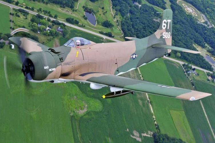 May bay cuong kich AD-1 Skyraider nhin tu nhieu goc do