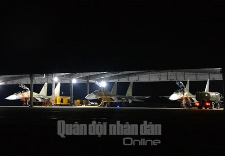 Muc kich may bay Su-30MK2 bay dem tren bau troi mien Bac-Hinh-10