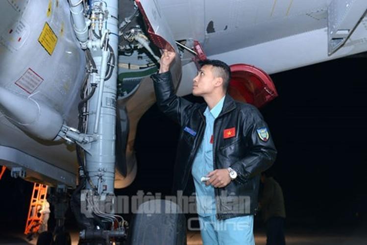 Muc kich may bay Su-30MK2 bay dem tren bau troi mien Bac-Hinh-11