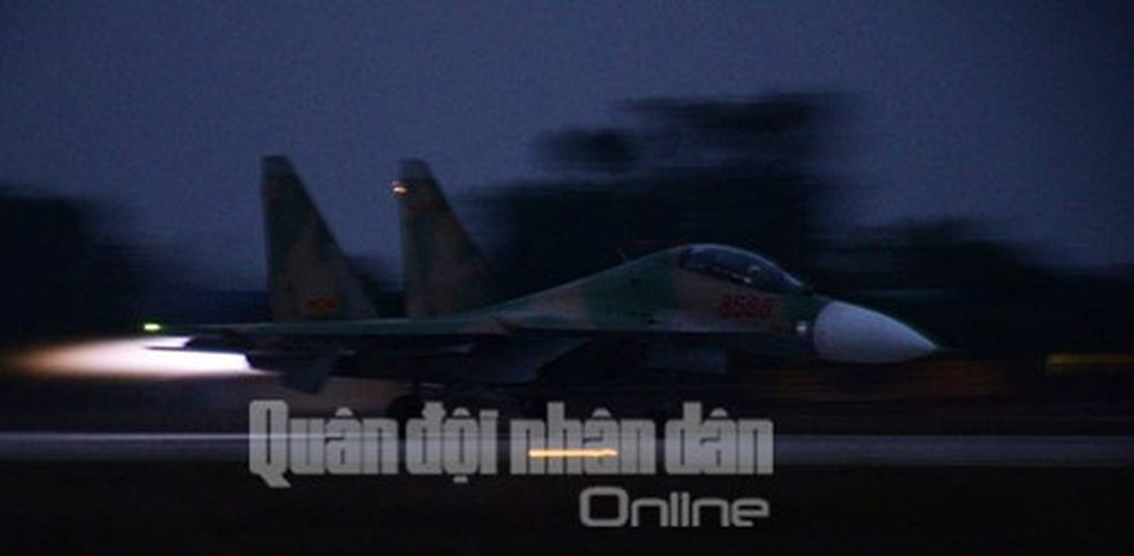 Muc kich may bay Su-30MK2 bay dem tren bau troi mien Bac-Hinh-12
