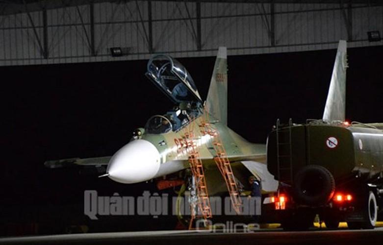 Muc kich may bay Su-30MK2 bay dem tren bau troi mien Bac-Hinh-14