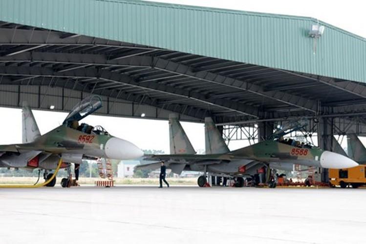 Muc kich may bay Su-30MK2 bay dem tren bau troi mien Bac-Hinh-2