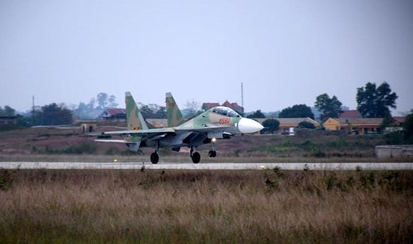 Muc kich may bay Su-30MK2 bay dem tren bau troi mien Bac-Hinh-9