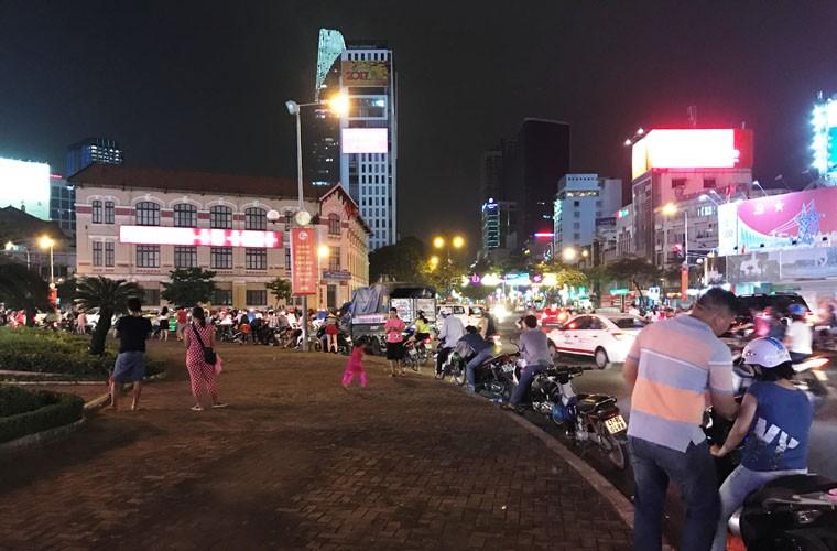 Ngam lan cuoi vong xoay cho Ben Thanh ruc ro Tet Dinh Dau 2017-Hinh-10
