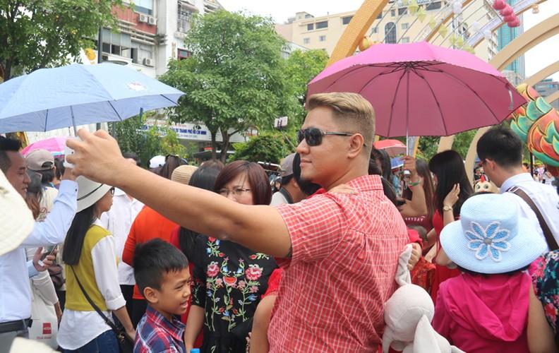 Nang nong gay gat, duong hoa trua mung 1 Tet van kin nguoi-Hinh-14