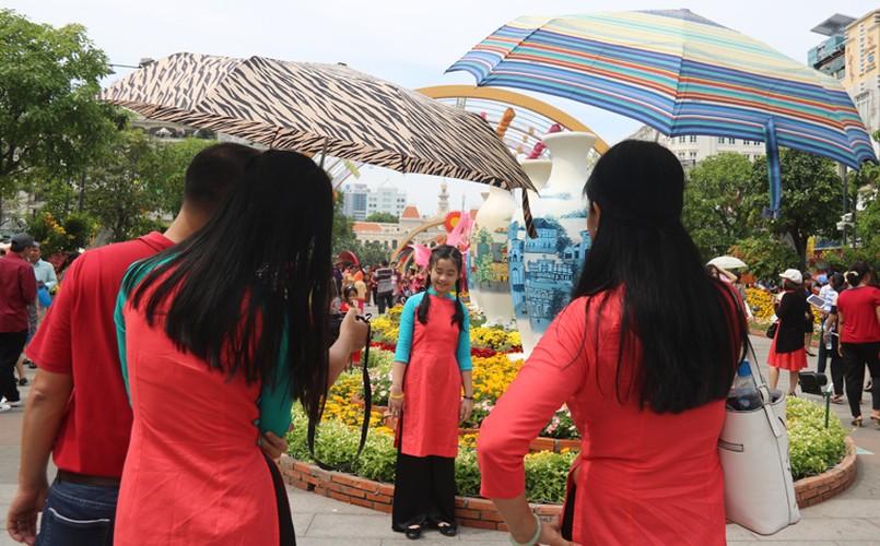 Nang nong gay gat, duong hoa trua mung 1 Tet van kin nguoi-Hinh-17
