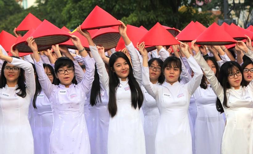 Hang nghin nu sinh mac ao dai xep hinh ban do Viet Nam-Hinh-2
