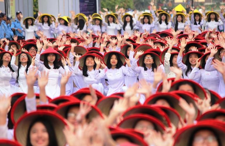 Hang nghin nu sinh mac ao dai xep hinh ban do Viet Nam