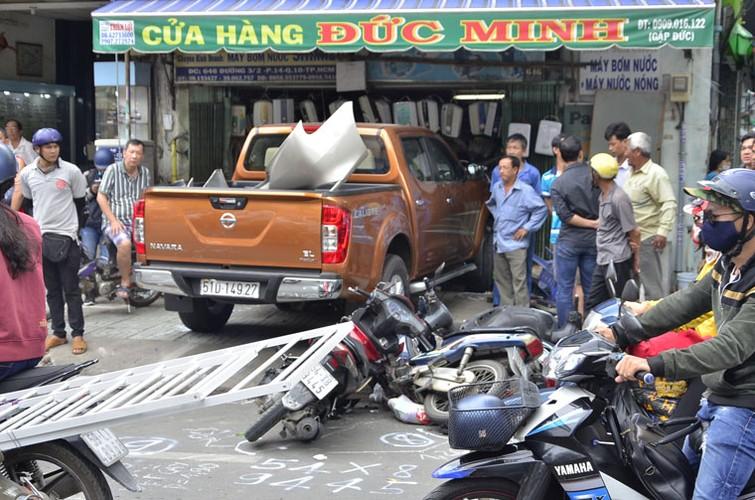 Anh: Xe ban tai can quet, cuon nhieu nguoi va xe vao gam o Sai Gon-Hinh-2