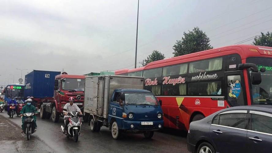 Kinh hoang: Xe khach huc container, tai xe mac ket keu cuu tham thiet-Hinh-7
