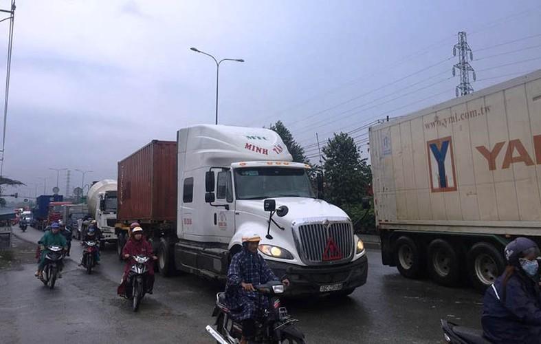 Kinh hoang: Xe khach huc container, tai xe mac ket keu cuu tham thiet-Hinh-8